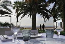 Bestial | Grupo Tragaluz / Situado frente al mar, en la playa de San Sebastián, bajo pez de Frank O. Gehry. Fantástica terraza jardín de varios niveles a pie de playa con vistas al Mediterráneo. Sus grandes cristaleras están decoradas con el mural de bichos de Frederic Amat.  Comidas, cenas y aperitivos en un entorno relajante. Cocina italiana y mediterránea. Pasta de elaboración propia.
