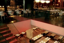 Negro- Rojo | Grupo Tragaluz / Situado en la parte alta de la Diagonal, en plena zona de negocios de Barcelona, Negro-Rojo tiene dos espacios claramente diferenciados y con personalidad propia. Arriba, Negro. Cocina internacional en un ambiente moderno. Los jueves, viernes y sábados la noche se alarga hasta las 2 de la madrugada con música de Dj y copas. Abajo, Rojo. Taberna japonesa en un ambiente joven con cocina a la vista y mesas compartidas.