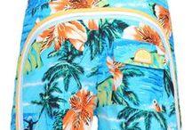 Sundek SS2015 / SUNDEK se fundó en los años cuarenta en San Francisco, California. En 1958 deciden apostar por la creación de una línea de nylon y de algodón-nylon, especialmente diseñada para la práctica de surf, convirtiéndose pronto en un referente. En la década de los sesenta, se extendió por Hawaii y la Costa Este, gracias a sus coloridos estampados e innovaciones como el uso del velcro en vez de cremalleras. Es en 1972 cuando nace la mítica y surfera colección Rainbow