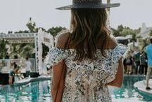 Coachella / Shorts vaqueros, chalecos de ante, botines cowboy y coronitas de flores: esto es Coachella y estos son los mejores looks del festival más cool del mundo.