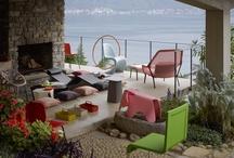 Garten / Im Sommer ist der Wunsch im Freien zu sein, die Sonne zu genießen am größten: Ob auf der Terrasse im Garten oder auf einem Balkon - ist der Platz auch noch so klein, für ein paar Blumentöpfe, Sonnenschirm und Gartenmöbel passt es immer!