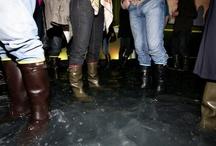 Aigle, la soirée les pieds dans l'eau / Une soirée de lancement de la nouvelle campagne « pour la réintroduction de l'homme dans la nature ». L'objectif : créer de l'actualité autour de la marque, faire évoluer le regard du public sur la marque, et moderniser son image. Une soirée les pieds dans l'eau! Chaque invité se voit offrir une paire de bottes à l'entrée, afin de pouvoir se rendre sur le dance floor, un immense bassin d'eau, plongé dans le noir, éclairé par des grands visuels de la campagne publicitaire. Le buzz de l'année!