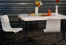 Alina / Mesa de comedo laqueada con laca poliuretánica de alta resistencia y estructura de acero cromado.
