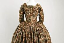 18th century: Dark floral robe à l'anglaise / Extant gowns and reproductions.