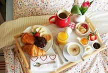 Breakfast in bed / When you're on holidays, relax as much as you can! Having breakfast in bed is one of these little pleasures you can afford easily. Which food are you going to chose?