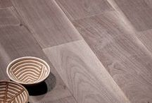 """Parquet / Epoch planks / Wood flooring: Surfaces can be hand planed, with a saw cut, aged, brushed, bleached and finished """"wax effect"""". Ampia selezione di piante selvatiche; parquet dalle superfici piallate a mano, spazzolate con finiture sbiancate o anticate effetto cera."""