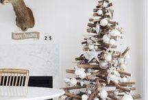 Des sapins de Noël de récup' ! / Plusieurs sapins de Noël de récupération.