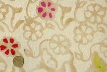 Papiers népalais / Papiers népalais, ou lokta, fabriqués artisanalement avec de magnifiques couleurs et des impressions aux tampons