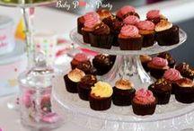 Cupcake's Party / Anniversaire enfant sur le thème gourmand des cupcakes.. Réalisation by Baby Pop's Party www.babypopsparty.com / Photos by Modaliza www.modaliza.fr / Fleurs et accessoires www.eden-fleurs.com