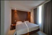 Camere & Suite per il vostro relax / Ogni camera dona il piacere di un luogo intimo e riservato, impreziosito da grandi vetrate, balconi e servizi.