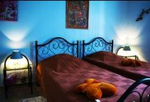 """Chambres """"Les Cadoles"""" / Les Cadoles est une chambre totalement indépendante (WC, salle d'eau avec douche adaptée pour les personnes âgées). La literie est composée de 2 lits jumeaux. Possibilité de loger une famille (2 adultes et 2 enfants maximum) avec le canapé-convertible.  Vue imprenable sur le vignoble.  Prix : 60 € la nuit pour 2 personnes (tarifs au 06/10/15, valables jusqu'au 31/12/2015)."""