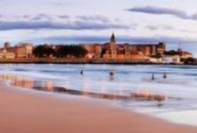 Gijon / Gijón tastes like the sea, culture, celebration, nature. Its cuisine surprises you and its people make you feel right at home. An ageold city, but young, fresh and bold. The North free from the North, the spark of Green Spain, right on the Camino de Santiago and Cantabrian vertex of the Vía de la Plata Route. Taste Gijón, little by little or in big spoonfuls, however you prefer. Discover what Asturias tastes like in Gijón.