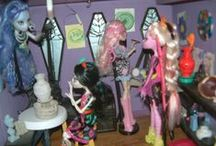 *D.O*- MY MH Highschool, doll display / I got bored with my Monsters all standing on a shelf.. and one of my Other obsessions is Dollhouses.. So I made a giant MonsterHIgh dollhouse to display my Ghouls and Mansters in.  I keep adding to it as I find neat things to add, and I've built a few more rooms, to try and spread out my monsters.. Getting kinda crowded @ class with so many dolls..