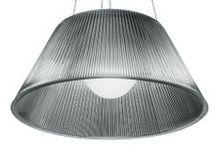 Flos / Flos a été fondé en 1962. La même année a commencé la production de lampes qui sont devenues des classiques du design industriel italien dans le luminaire design. Ces lampes se nommaient : Arco, Relemme, Toio, Taccia toutes dessinées par Achille et PIergiacomo Castiglioni. Comme preuve de leur précision dans leur design et conception, ces lampes sont toujours en production de nos jours.