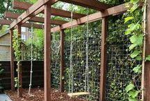 Tuininspiratie | Garden ideas / Tuindeeën en inspiratie voor een kindvriendelijke tuin. Voorbeelden van DIY modderkeukens, speelhuisjes, klimtoestellen, kindertuintjes, mooie veranda's en andere tuin ideeën. Onder andere schommel aan pergola, anti-slak borderplanten, tuinverlichting, tuinontwerpen diepe smalle stadstuin.
