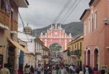 La Ciudad de las Iglesias / Ayacucho es una ciudad del Perú, se encuentra situada en la vertiente oriental de la Cordillera de los Andes. Es uno de los conjuntos arquitectónicos y artísticos más notables del país.   Esta ciudad posee más de treinta templos coloniales de estilo renacentista, barroco y mestizo, que guardan en su interior verdaderas obras de arte. Si viajas a Perú, no dejas de visitar Ayacucho