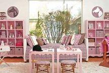 Decore com Rosa / Ambientes decorados com vários tons de rosa para inspiração. A cor rosa traz conforto e aconchego e deveria estar presente em todos os cômodos da casa, é o tom do amor universal e resulta em tranquilidade.