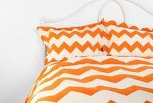 Decore com Laranja / Ambientes decorados com vários tons de laranja para inspiração. O laranja estimula a libido, auxilia no processo criativo. Ideal para salas de estudos, escritórios e quartos.