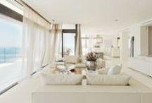 Decore com Branco / Inspirações de decorações em branco para uma casa clean A decoração branca, além de minimalista, traz harmonia para qualquer ambiente da casa.O branco é atemporal, leve e elegante e é capaz  de transmitir sensações de paz, tranquilidade, limpeza, além de combinar com tudo.