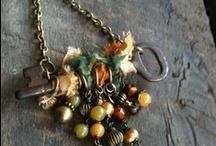 Bijuterias / Colares, pulseiras,anéis e brincos feitos com materiais diversos.