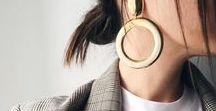 b i g  s i z e  e a r r i n g s / Statement Ohrringe sind der Schmucktrend 2018! Ob Hängerchen, ausgefallene Creolen oder geometrisches Blattdesign - erlaubt ist was gefällt. Neben goldenen Highlights, sind auch Fransenohrringe oder große Perlen sehr beliebt. Dazu passt ein cleaner Look oder ein dezentes Muster.
