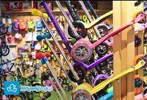 Sklep AktywnySmyk / W Salonie AktywnegoSmyka znajdziecie prawie wszystko z naszej oferty internetowej, a czasami nawet więcej. Można się przymierzać, dotykać, wąchać, testować, lizać ;-) pytać i prosić o radę. Na miejscu możecie porównać i dobrać optymalny dla Waszego AktywnegoSmyka rowerek biegowy, hulajnogę czy rower z pedałami, dopasować pasujące rękawiczki, ochraniacze czy kask a jako, ze nasi mali klienci rosną – stopniowo będziemy poszerzać naszą ofertę o większe rowery, kaski, hulajnogi...