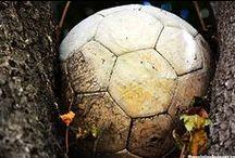 Fútbol callejero / Cuando el fútbol es amateur y no hay árbitros, sólo importa el deporte y compartir un balón con amigos, sin mayor victoria que pasarlo bien.