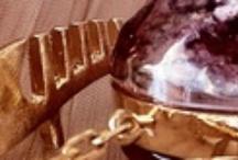 Murano Collection / Gioie di Venezia raccoglie preziose collezioni di gioielli ispirate al mondo veneziano. Le linee Gondola, Murano e Venezia, realizzate da Gilda Venezia di Vania Cadamuro, richiamano rispettivamente il mondo dei Ferri da gondola,  quello dei colori e della luce protagonisti di Murano e il romanticismo di Venezia. Tutti i pezzi sono unici perché realizzati a mano da artigiani locali.