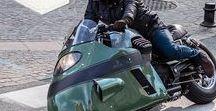 Vanguard V8 Racer Jeans / De V8 Races jeans is geïnspireerd op de legendarische Moto Guzzi V8 uit de jaren 50. Kenmerken van de Moto Guzzi V8 zijn tot in detail verwerkt in zowel de nieuwe V8 Racer jeans als de custom Vanguard Moto Guzzi V8. De nieuwe jeans doet zijn naam eer aan met een regular top block en slim straight leg waarbij alles draait om versteviging. Alle Vanguard v-series jeans zijn gemaakt van comfortabel stretch denim en zijn leverbaar in verschillende stijlvolle wassingen.