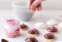 Styling: Cookies / Cookie recipes // cookie food photography // how to style cookies // photographing cookies // Beautiful and tasty baked goods // cookie baking recipes // dessert recipes // styling cookies // food styling // food photography// styling baked goods