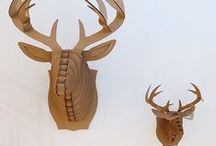 Cardboard Safari / Cardboard Safari, çevresindeki tabiattan esinlenen, Blue Ridge Dağları'nın eteğindeki Charlottesville, Virginia merkezli, mukavvadan heykeller yaratan bir tasarım markasıdır. Sanat ve teknolojiyi hayal gücüyle birleştiren markanın hedefi, doğal hayata zarar vermeden, onu takdir ederek eğlenceli ürünler yapmaktır.