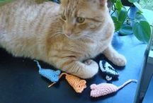 Cat Toys / Includes many easy-to-make DYI cat toys.