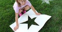 Mit Kindern und Garten / Was kann man im Garten alles aufstellen, herstellen und besorgen. Lustige Ideen für Kinder, die im Garten spielen. Vom DIY Sandkasten, Trampolin, DIY Wassermatratzen, Rasensprenger aus PET Flasche, Kreidefarben bis Schablonen für Stempeln in freier Natur. Viel Spaß! Euer Bloggi