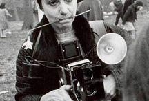 Diane Arbus / Diane Nemerov nace en NYC 1923.  En los años 40 fotografía moda para Esquire, Vogue y Harper's Bazaar. En 1955-1957,  toma clases con la fotógrafa austríaca Lisette Model.  La década del sesenta fue la más productiva. Recorre los  barrios de Nueva York y selecciona a los personajes que retrata. En 1967 realiza la exposición «New Documents», que la da a conocer al público mayoritario.  En 1971, después de una larga depresión, Diane Arbus se suicida.