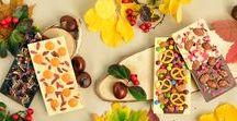 Herbst / Der Herbst ist da und somit auch sein typisch nass-feuchtes Klima. Die Tage werden kürzer, die Temperaturen sinken. Das kann einem schon aufs Gemüt schlagen. Doch glücklicherweise gibt es Schokolade – Das Wundermittel gegen den Herbst-Blues.
