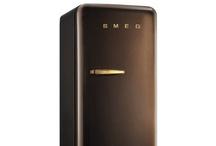Totalement SMEG ! / Fondée en 1948 en Italie, la marque SMEG est devenue célèbre grâce à la qualité de ses produits mais aussi à ses collaborations avec les grands noms du design mondial (Marc Newson, Renzo Piano ou encore Mario Bellini). Retrouvez dans ce tableau, ce qui caractérise l'univers SMEG.