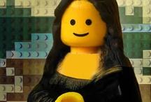 La LEGO mania ! / Reposant sur un principe de briques à assembler, LEGO a su s'imposer comme un leader du jouet en permettant aux enfants d'exprimer leur créativité. Depuis, LEGO a tissé de nombreux partenariats avec des franchises de renom comme Star Wars, Disney, Harry Potter ou encore Le Seigneur des Anneaux. Retrouvez sur ce tableau les produits LEGO ainsi que des créations et illustrations originales.