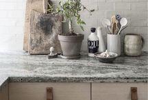 Kitchen / Kitchen inspiration. French bistro, marble, copper, tiles, flowers, Wishbone chair, Y chair, Hans J. Wegner, antlers.   Marmor, koppar, Y-stolen, kakel, stänkskydd, horn.