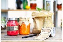 Σειρά HEMSMAK /  Με τη νέα σειρά HEMSMAK, η οργάνωση της κουζίνας αποκτά  άλλη διάσταση! Βάζα σε διάφορα είδη και μεγέθη αποθηκεύουν και διατηρούν τα υλικά των συνταγών σας, ενώ οι ετικέτες και τα χαρτάκια σάς υπενθυμίζουν την ημερομηνία παρασκευής ή για ποιον προορίζονται ως δώρο!