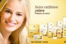 Miere și Lăptișor de matca - Cosmetic Plant / Gama Miere / Lăptișor de matcă este bazată pe două ingrediente naturale miraculoase. Puternicul efect hidratant, nutritiv, vitaminizant și antioxidant al mierii, combinat cu beneficiile lăptișorului de matcă vor menține aspectul tânăr, radios și catifelat al tenului fiecărei femei. 0% parabeni