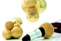 SECRÉTAIRE®  / Secrétaire® è un appariscente gioiello in oro, un pendente dai volumi compositi con finiture e texture sempre diverse ma, soprattutto, è un gioiello che, come dice il nome, nasconde un segreto…. Nel suo corpo cavo, infatti si nascondono oggetti di varia natura e di uso quotidiano: un rossetto, un ombretto col suo pennello, uno specchio, un profumo, una pen drive, l'I-Pod e poi penne, chiavi, portafortuna, orologi, foto e tanti altri micro-oggetti.