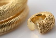 """Indipendente-mente. 2008 / Bracciali e anelli da mignolo in oro e oro con pietre.  La  spontaneità del segno e la naturalezza della forma """"libera la mente"""" da schemi e tecnicismi."""