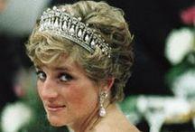DIANA - STYLE ICON / Na ekranach kin pojawił się film Diana. Księżna Ludu, jak została nazwana na zawsze pozostanie zapamiętana piękną, elegancką i uśmiechniętą damą. Wprost lśnila swym wdziękiem na salonach. Oto nasze propozycje nawiązujące do jej stylizacji codziennych i wieczorowych.