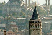 02 kalbimiz İstanbul / Medeniyet kelimesi Medine'den türemiştir. Sanılanın aksine, Medine sadece Arap Yarımadasındaki kutsal şehrin adı değildir. Medine Arapça'da şehir anlamına gelir ve bugün birçok Arap kentinin eski mahallelerine Medine (Şehir) denir. Latincedeki Polis gibi. İstanbul ismi de Stin-Polis (şehre doğru) tabirinden türemiştir. İstanbul'un Medine'si elbette Tarihi Yarımada'dır. Her bir tepesine birbiriyle yarışmayan mütevazi, dengeli camilerin süslediği Tarihi Yarımada İstanbul'un kalbi ve medeniyetidir.