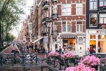 AMSTERDAM REISETIPPS UND INSPIRATIONEN / Reisetipps für Amsterdam! Die Hafenstadt ist ein Traumreiseziel. Ihr könnt mit dem Fahrrad oder vom Wasser aus die Stadt erkunden. Grachten, Nordholland, Amstel, Niederlande, Sightseeing, Nordseekanal, Wasser, City Trip, Coffee, Städtereise, Netherlands.