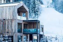 """HOTELS IN DEN BERGEN / Wer die Berge und die Natur liebt, wird sich über unser Board """"Hotels in den Bergen"""" sehr freuen. Wir haben die schönsten Unterkünfte in den Alpen für euch ausgesucht. Von dort aus könnt ihr Wanderungen planen, in Pools mit Bergblick schwimmen, Wellness nach einem anstrengenden Wandertag genießen oder mit der Familie einen Urlaub auf dem Bauernhof erleben. Besonders schöne Reisetipps haben wir für Südtirol, Österreich und die Schweiz."""