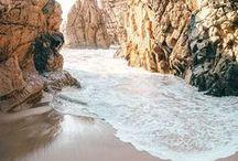 Urlaub am See oder am Meer / Ein Jahr ohne einen Urlaub am Meer, geht das? Gehen schon, aber wer will das? Wir sammeln für euch in diesem Board die schönen Urlaubsorte, Strände, Sanddünen und Orte mit Palmen und Wellen, Seen und Pfützen, die wir finden können. Denn der nächste Sommer kommt bestimmt. Das Board für alle Wasserratten unter euch!