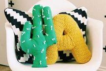 Cactus / De cactus is weer helemaal terug van weg geweest. Die prikkelige, kleurloze plant? Ja, deze stekelige beauty is een musthave voor in je trendy interieur. Combineer de cactus met andere planten en bloemen en er zal zich een prachtig stukje groen vormen in je interieur. Varieer met potten en stolpen, met diverse groottes en met kleuren. Een verrassend stukje design in huis wat niet kan verwelken! Daar houden we van.