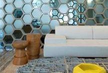 Honingraat / Hexagon / De zeshoek, ook wel hexagon of honingraat genoemd, is een nieuwe vorm in het trendlandschap. De zeshoek is een hot item, je ziet het in mode en interieur volop terugkomen.