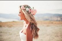 Bridal Hairstyles / Hairstyles for Brides with a romantic and bohemian aesthetic. Messy updos, loose curls, braided hairstyles, romantic curls and beach waves.
